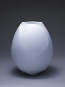 前田昭博《白瓷捻面取壷》 平成11(1999)年